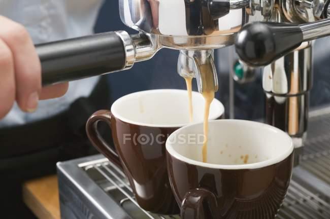 Menschliche Hand machen espresso — Stockfoto