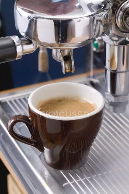 Making espresso with coffee machine — Stock Photo