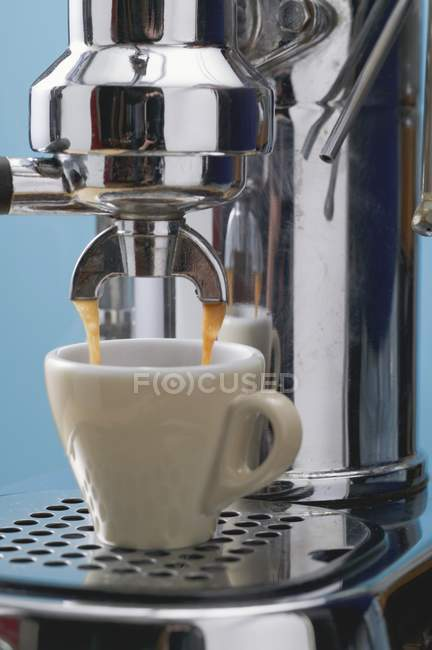 Hacer café expreso con cafetera - foto de stock