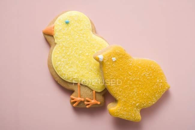 Galletas en forma de diferentes pollitos amarillos - foto de stock