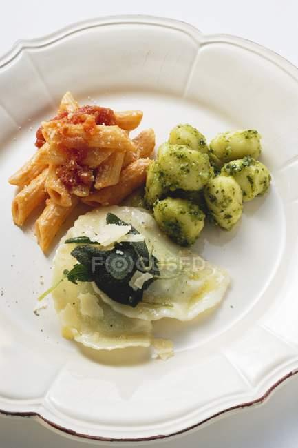 Drei verschiedene Nudelgerichte — Stockfoto