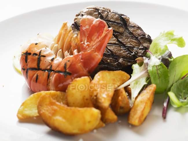 Carne de res y camarones con patatas fritas - foto de stock