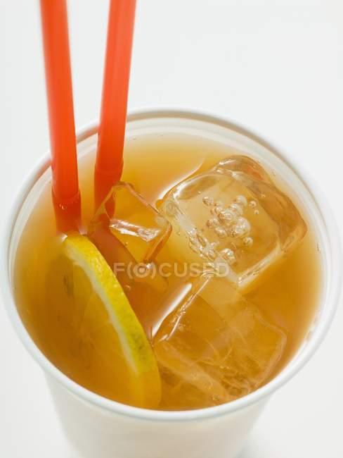 Tè freddo con limone e cannucce — Foto stock