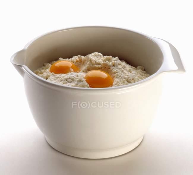 Bol de farine aux œufs — Photo de stock