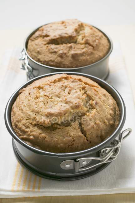 Al horno tortas en latas de hornear - foto de stock