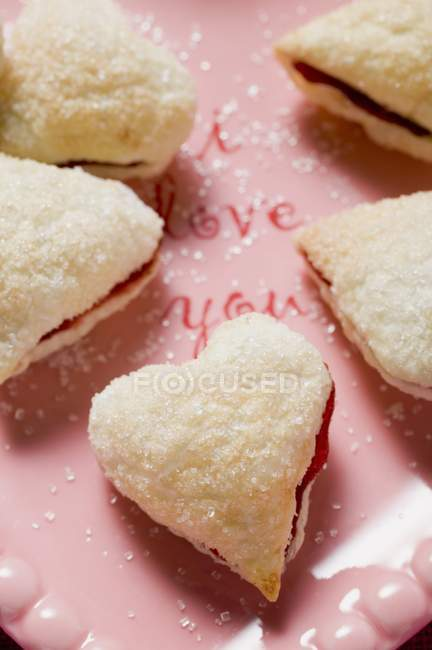 Heart-shaped jam-filled biscuits — Stock Photo