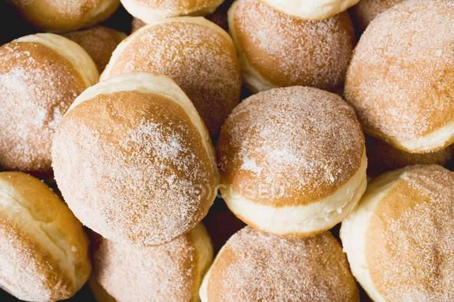 Свежие вкусные пончики — стоковое фото