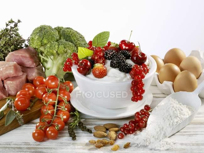 Bayas, verduras, carne - foto de stock