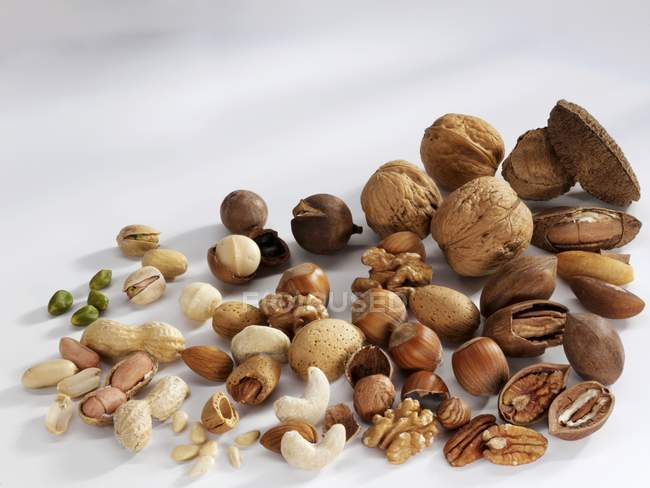 Verschiedene geschälte und ungeschälte Nüsse — Stockfoto