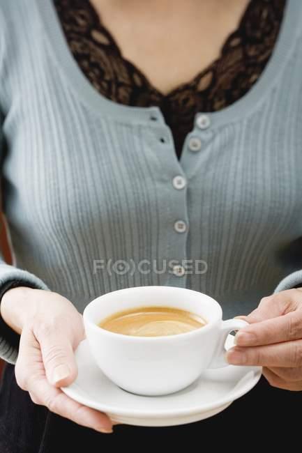 Mujer sosteniendo taza de café - foto de stock