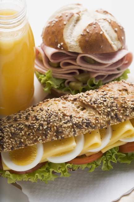 Сэндвич, сосиски в щелочи и сок — стоковое фото