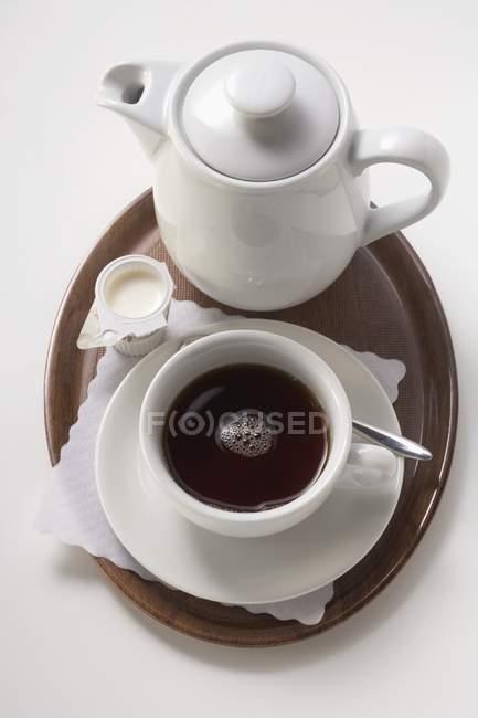 Подача кофе с молоком и сахаром — стоковое фото