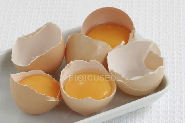Яйца, сломанные и открытой — стоковое фото