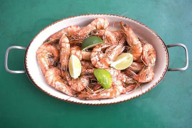 Crevettes cuites avec du sel de mer et de la chaux — Photo de stock