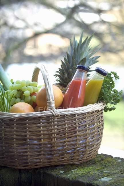 Succo di frutta, verdura e frutta fresca — Foto stock