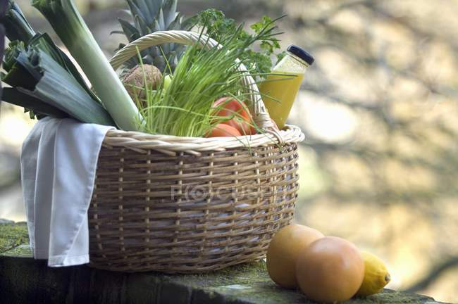 Fresh fruit, vegetables and juice — Stock Photo