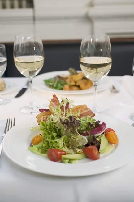 Салат з беконом і келихів вина — стокове фото