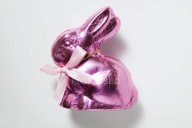 Шоколадный заяц в розовый фольги — стоковое фото