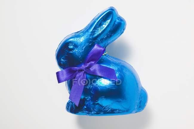Шоколадный заяц в голубой фольги — стоковое фото