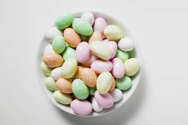 Huevos de azúcar coloreados - foto de stock