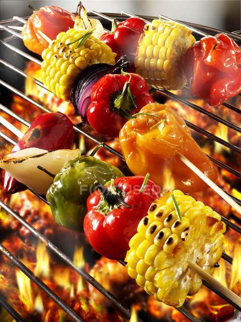 Gemüse Kebab Grill Rack über Feuer Flammen — Stockfoto