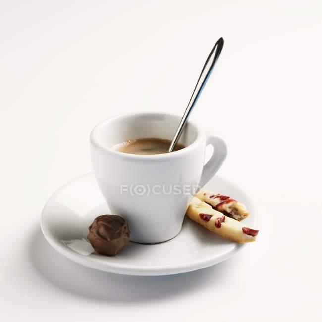 Vista de primer plano de espresso doble con chocolate y pastelería - foto de stock