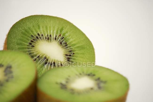 Drei Kiwi-Fruchthälften — Stockfoto