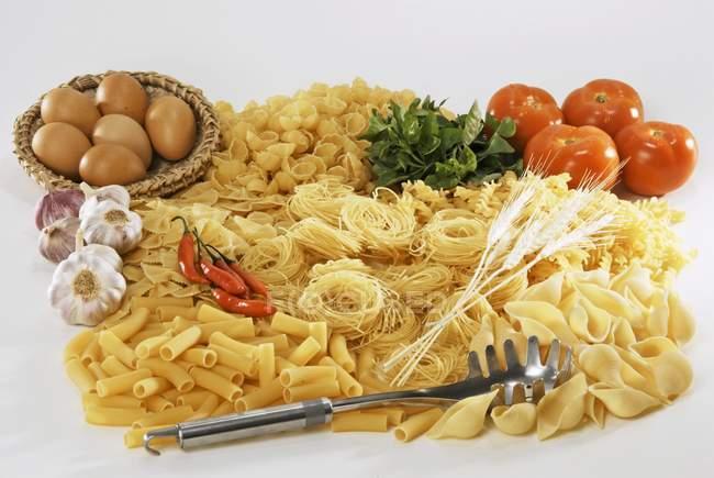 Varios tipos de ingredientes de la pasta y salsa - foto de stock