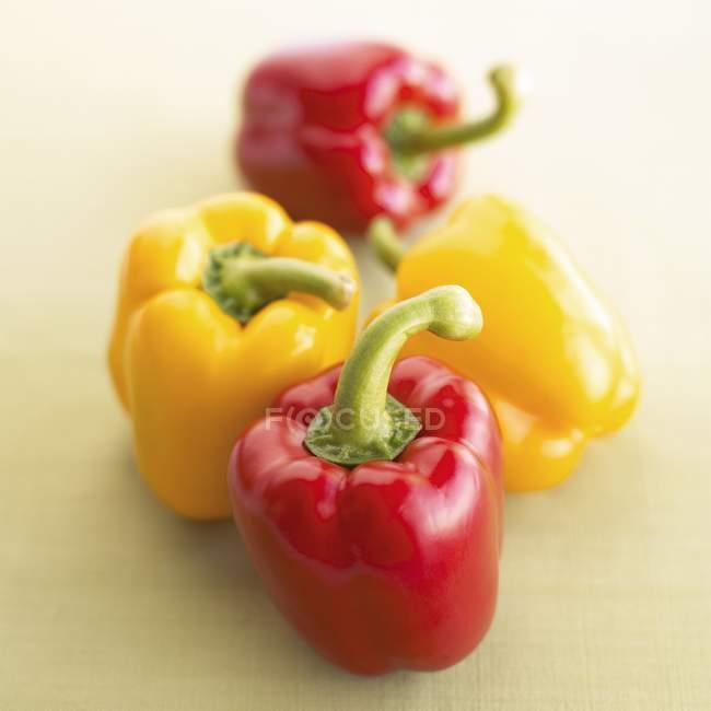 Peperoni rossi e due gialli — Foto stock