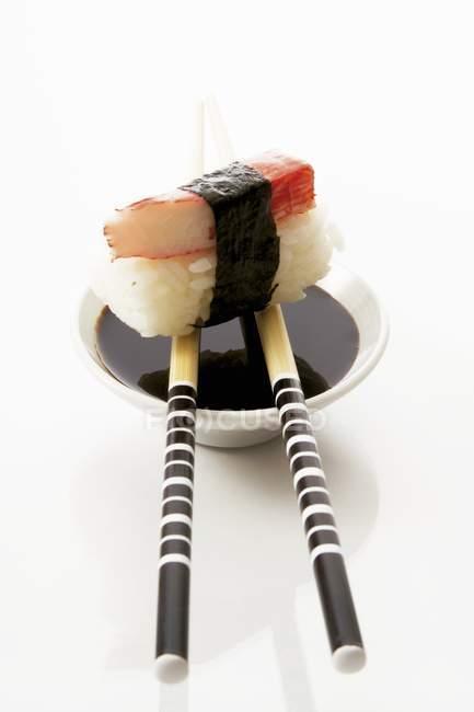 Nigiri sushi mit surimi — Stockfoto