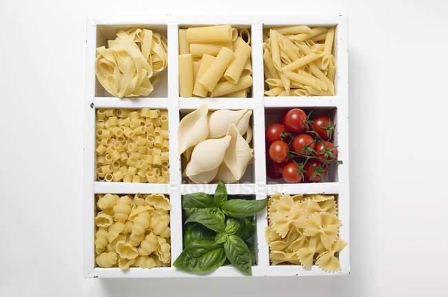 Varios tipos de pasta con tomates - foto de stock