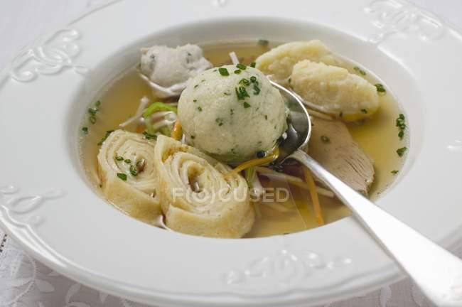 Sopa de carne con adiciones - foto de stock
