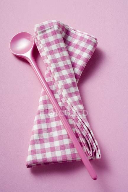 Detailansicht von rosa Kochen Löffel und karierte Tuch — Stockfoto