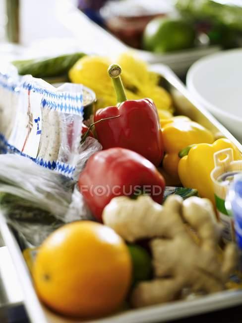 Varios ingredientes en un recipiente grande para la cocina comercial - foto de stock
