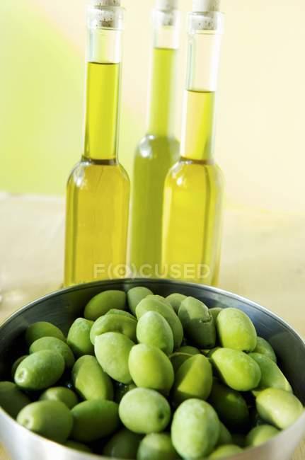Зеленые оливки в миске — стоковое фото