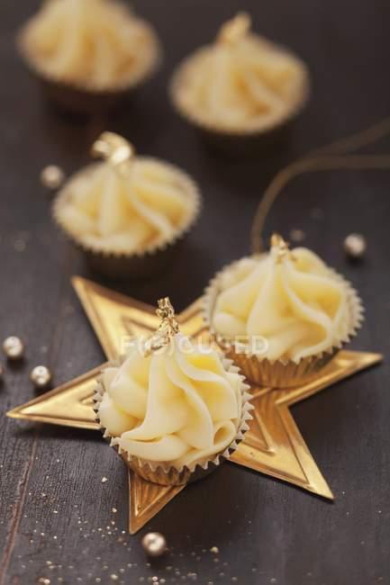 Кондитерские изделия, украшенные сусальным золотом — стоковое фото