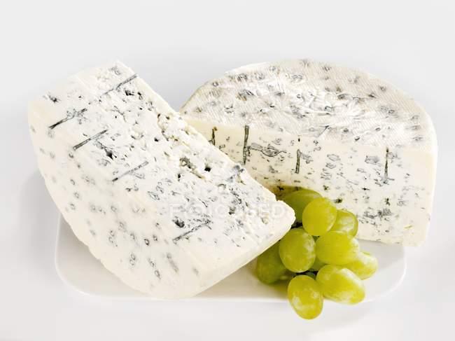 Halbierte Gorgonzola mit Trauben — Stockfoto