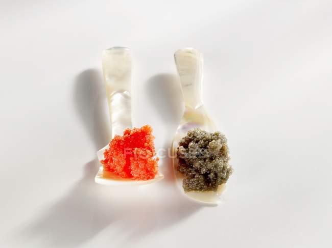 Kaviar-Ersatz auf Perlmuttlöffeln — Stockfoto