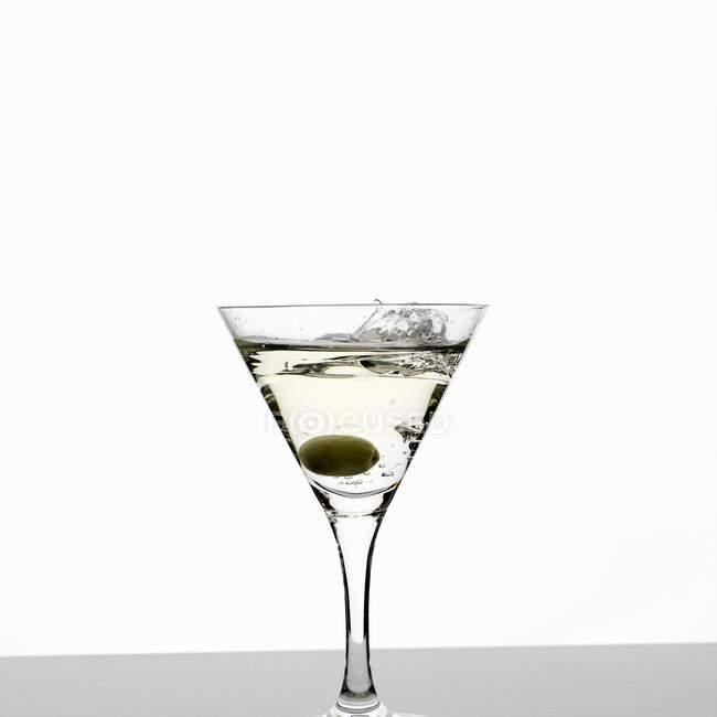 Martini mit Oliven — Stockfoto