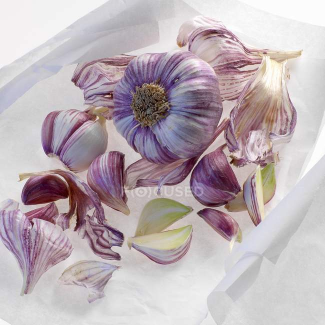 Garlic cloves and garlic peel — Stock Photo