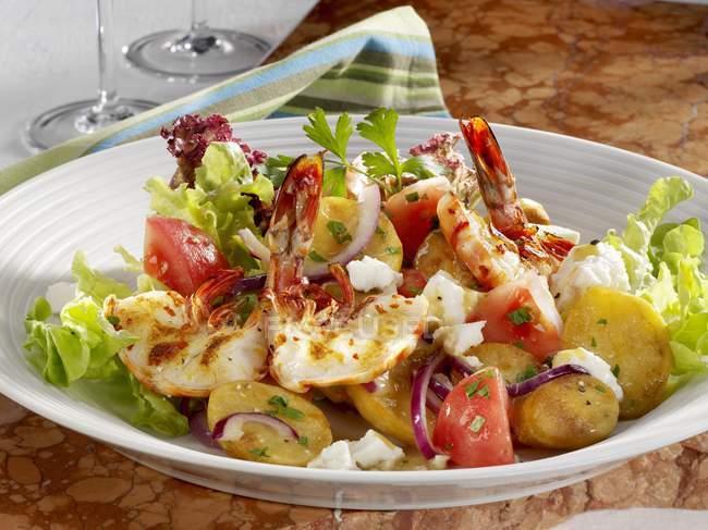 Kartoffelsalat mit gebratenen Garnelen — Stockfoto