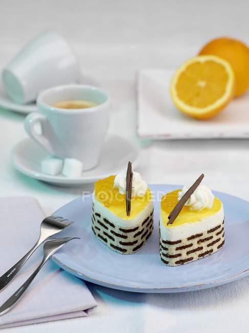 Orangene Törtchen auf Teller — Stockfoto