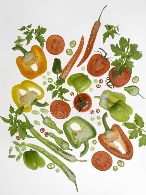 Frisch geschnittene bunte Paprika — Stockfoto