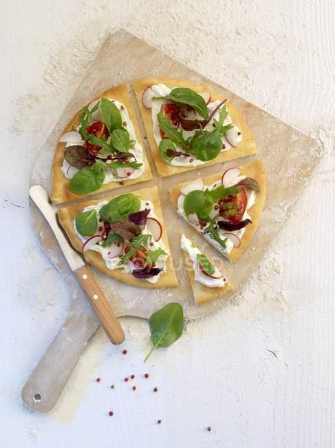 In Scheiben geschnittene Pizza mit Spinat und mozzarella — Stockfoto