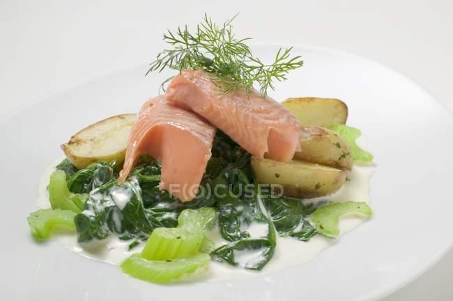Lachsfilet mit Spinat und Kartoffeln — Stockfoto