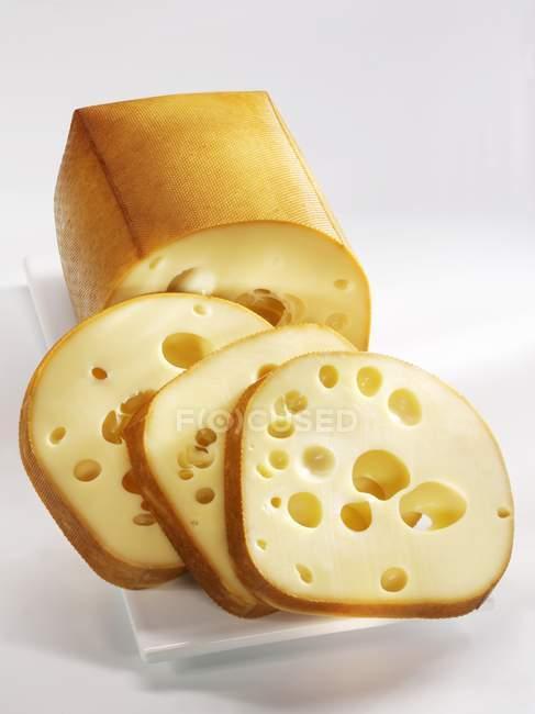 Копченый сыр на плите — стоковое фото