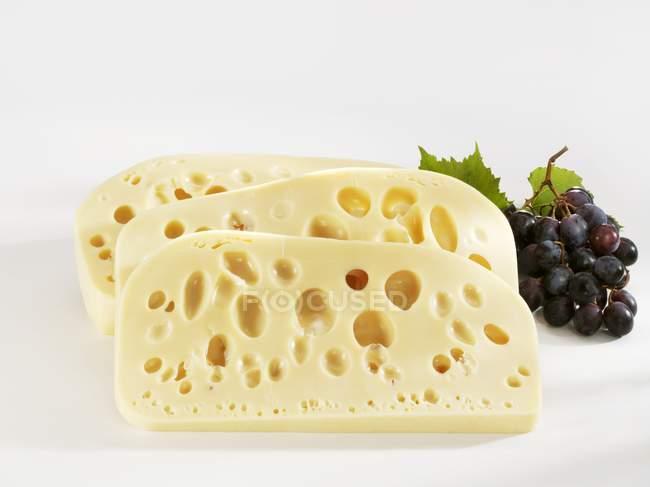 Три ломтика сыра Леердам — стоковое фото