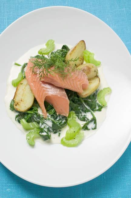 Salmon fillet with spinach and potatoes — Stock Photo