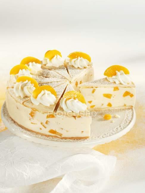 Wein-Sahne-Kuchen mit Pfirsichen — Stockfoto