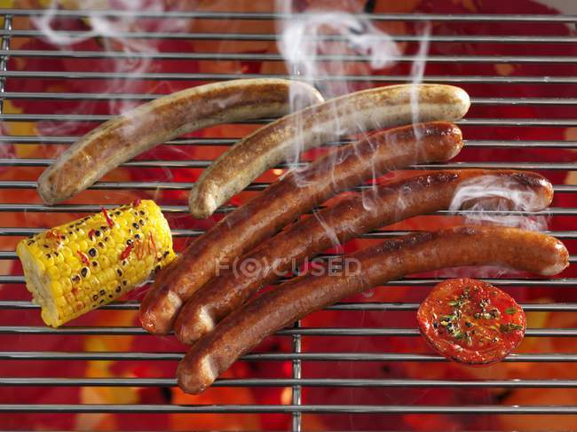 Rauchen-Würstchen auf Rost — Stockfoto